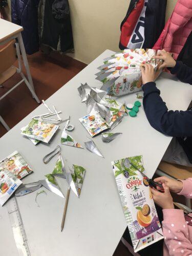 Alunos a construírem a estrela de Natal para decorar a sala de aula