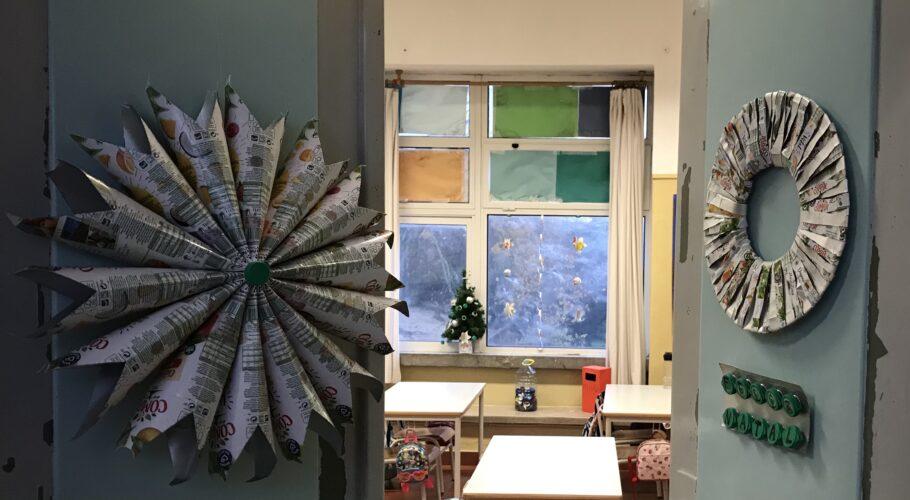 Decoração da porta da sala de aula com os enfeites de Natal construídos pelos alunos