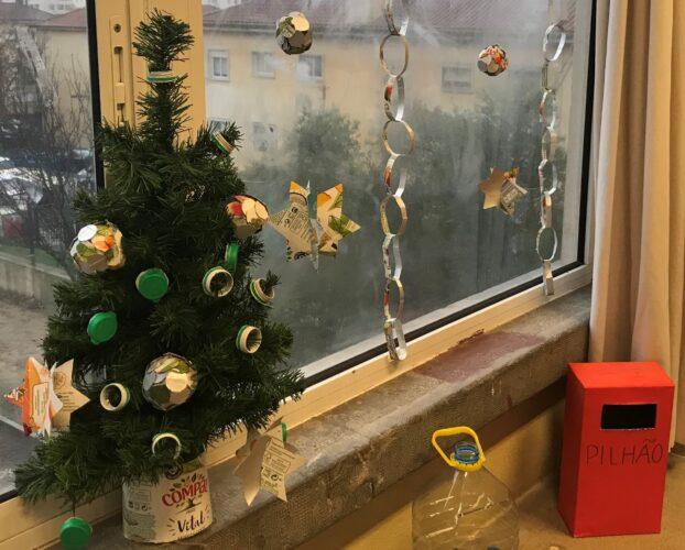 Decoração da sala de aula e árvore de Natal com enfeites elaborados pelos alunos.