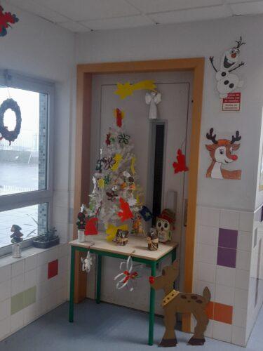 A árvore de Natal com os enfeites construídos