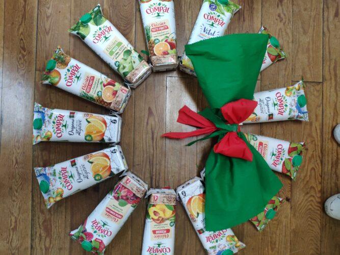 COROA DE NATAL<br/>Exploração livre das crianças com as embalagens, formando várias figuras natalícias, sendo selecionada uma delas.