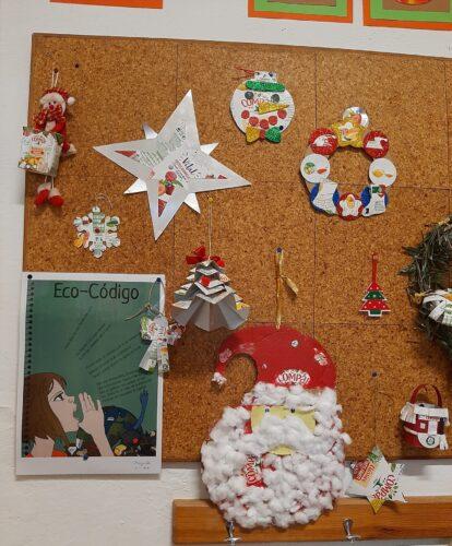 Conjunto de Enfeites de Natal<br/>Nesta foto podemos ver o cartaz Eco Escolas do Agrupamento, Pai Natal , estrelas e coroas de acordo com o regulamento.