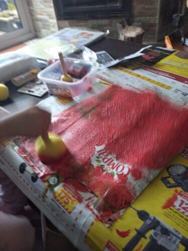 Elaboração do Pai Natal<br/>Com um pacote e esponja se pintou o Pai Natal! A tinta vermelha foi crucial neste trabalho fenomenal.