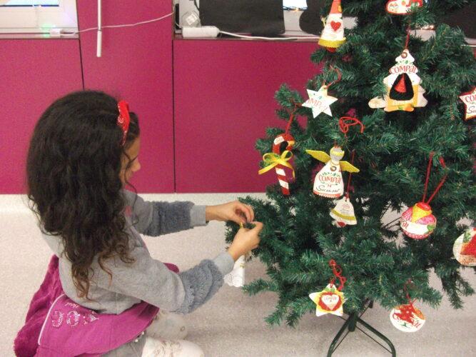 Colocar o enfeite criado na árvore de Natal.