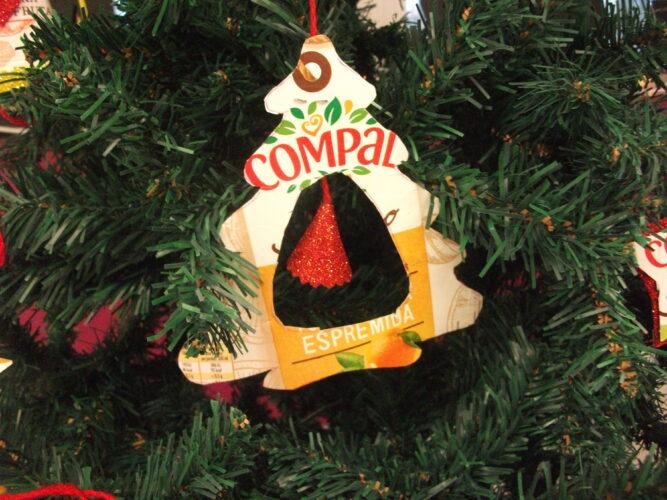 Árvore de Natal com sino.