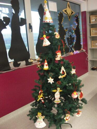 Aspeto geral da Árvore de Natal (com muitos dos trabalhos realizados).