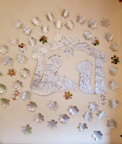 A Família - Presépio rodeado de flocos de neve - trabalho coletivo com recortes de embalagens