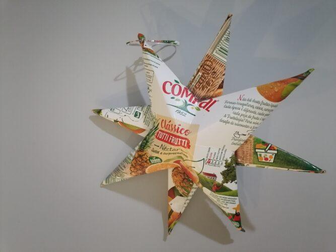Estrela com grande dimensão, com dobragens rigorosas e colagens. Excelente trabalho aproveitando as caraterísticas do papel-cartão Tetra Pak