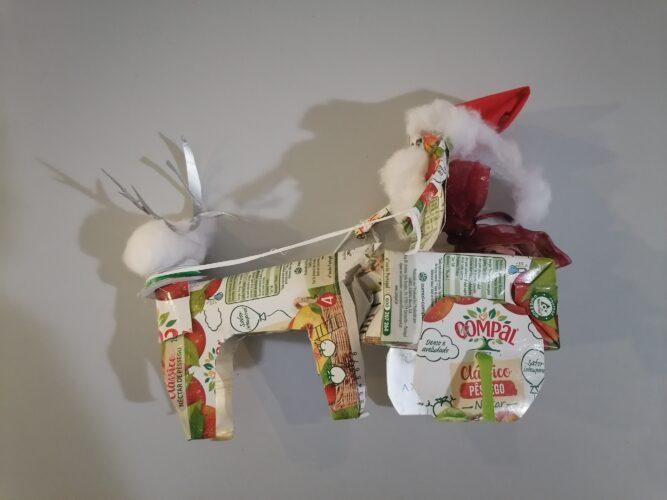Trenó do pai Natal, com rena, usando várias técnicas e outros materiais (algodão, tecido), destacando o interior da embalagem em alumínio também