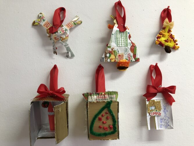 Conjunto de seis enfeites selecionados pendurados na parede da sala de aula