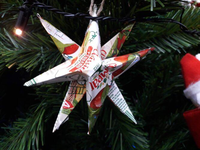 Estrela de Natal elaborada através de dobragens com a embalagem de sumo da compal