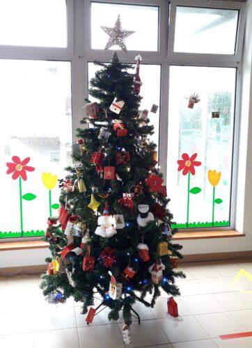 Árvore de Natal devidamente enfeitada com os enfeites criados pelos alunos e as suas famílias.
