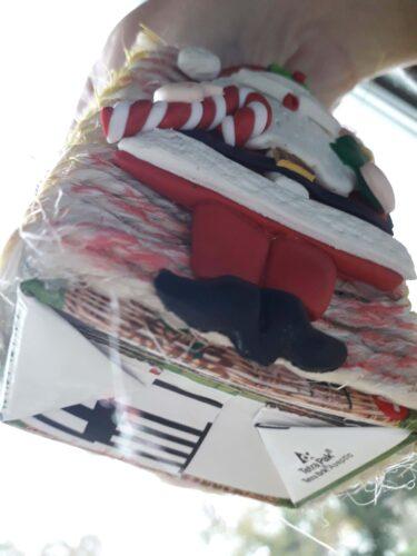 Pormenor de enfeite, pai natal, elaborado com materiais reciclados, nomeadamente cordas.