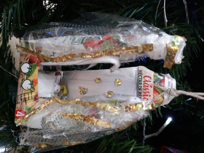 Presépio elaborado com a embalagem de sumo da compal e a reciclagem de alguns materiais.