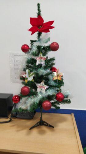 árvore decorada com estrelas recortadas em pacotes de sumo tetrapak
