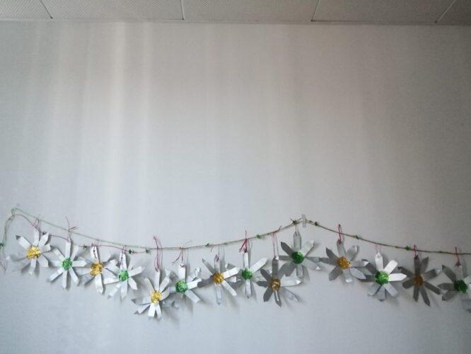 Grinalda elaborada com estrelas recortas, com brilhantes.