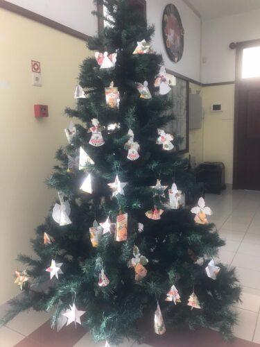 A árvore de natal da nossa escola enfeitada com os trabalhos
