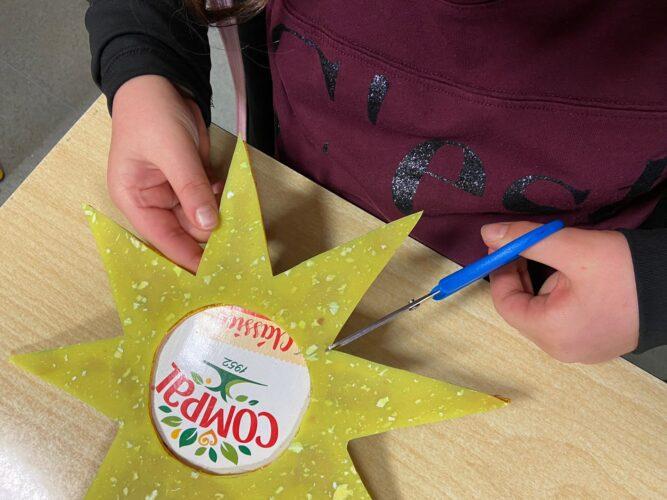 Estrela Amarela<br/>Construída com materiais reutilizáveis: borracha reciclada de aparas de calçado e pacotes marca Compal.