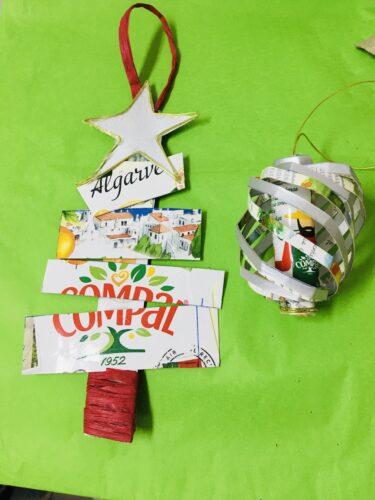 Árvore de Natal e bola de natal.