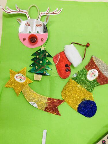 Estrela de Natal, duas botas, um pinheirinho e uma rena.