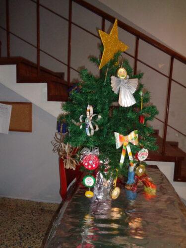 Para poderem ser apreciados por toda a escola, colocámos alguns enfeites na Árvore de Natal do hall de entrada da escola.