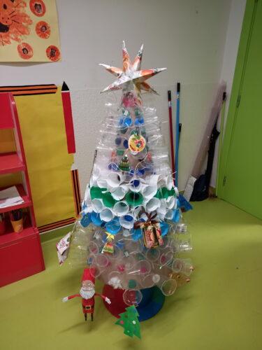 A nossa árvore de Natal da sala feita com material reciclado feita por todas as crianças com o apoio dos adultos