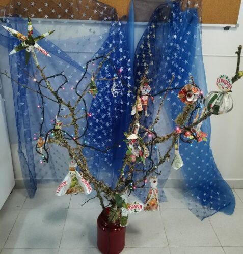 Árvore de Natal enfeitada. Com as figuras: 2 anjos, 3 bolas. 2 reis magos, 1 estrela, 1 floco neve, 1 pai natal em pé, 1 sino, 1 campainha, 1 coroa de natal, 1 vela da paz, 1 pai Natal no trenó, 1 árvore de Natal, 1 prenda, 1 boneco de neve, 1 rena.