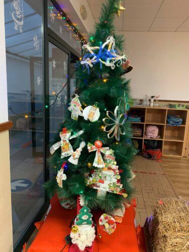 Árvore de Natal da Escola enfeitada pela Turma 2 MG