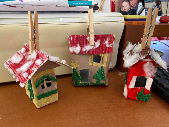 Casinhas<br/>Como gostamos muito de construções fizemos casinhas com as embalagens pequenas. Colamos papel a volta da embalagem, fizemos o telhado a parte, pintamos, abrimos as janelas e porta e decoramos ao nosso gosto.