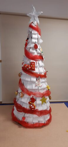 Árvore de Natal com Enfeites de Natal com embalagens da Compal