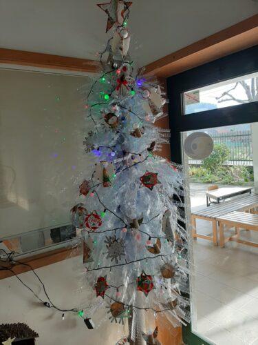 Vista geral da árvore com todos os enfeites colocados.