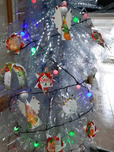 Vários enfeites colocados na árvore que foi elaborada com recurso a garrafas de plástico.