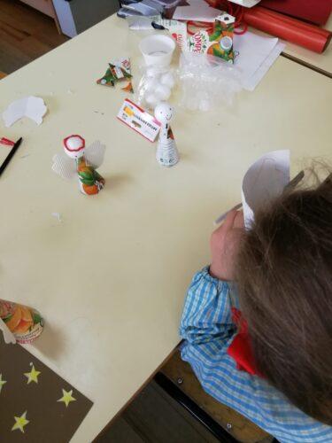 Elaboração dos enfeites de Natal com recurso a embalagens de sumo compal