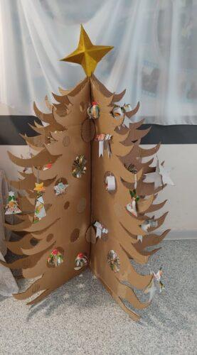 Trabalho final - árvore decorada com todos os enfeites criados.
