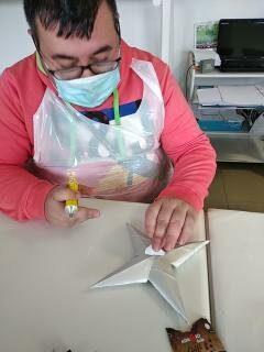 Colagem da marca Compal numa estrela, por parte de um utente do Centro de Atividades Ocupacionais de Benavente