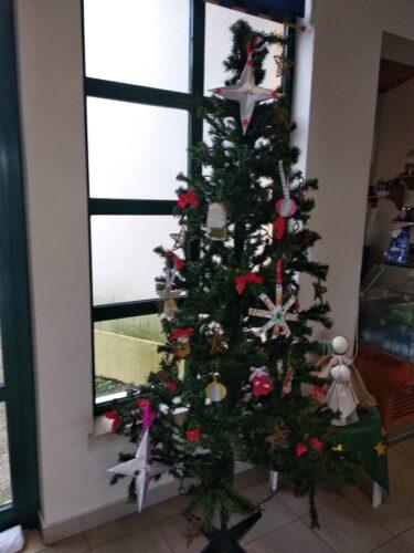 Árvore de Natal do átrio do CAO (Centro de Atividades Ocupacionais do CRIB), decorada com os enfeites de Natal da Compal