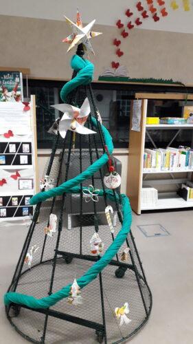 Trabalho concluído<br/>Árvore de Natal decorada com quinze enfeites elaborados em embalagens da Tetra Pak da marca Compal.