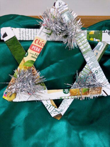 Usamos dois pacotes da campal foi desenhado uma estrela com cinco bicos simbolizando a amizade, alegria, paz, saúde, sorte. Realçamos as pontas com espiguilha prata simbolizando a harmonia.
