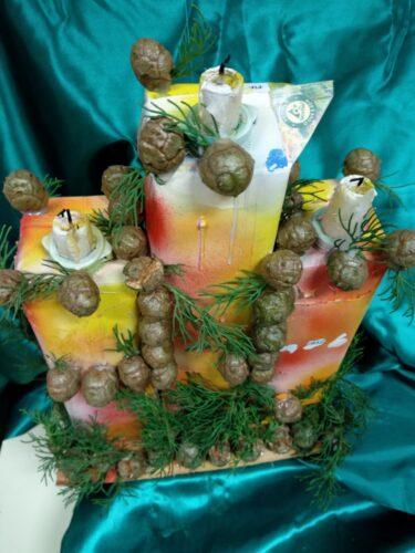 Usamos três pacotes da compal que decoramos com bolotas e Ramos de Pinheiro. A utilização destes elementos da mãe natureza vem lembrar o nosso dever de a proteger.