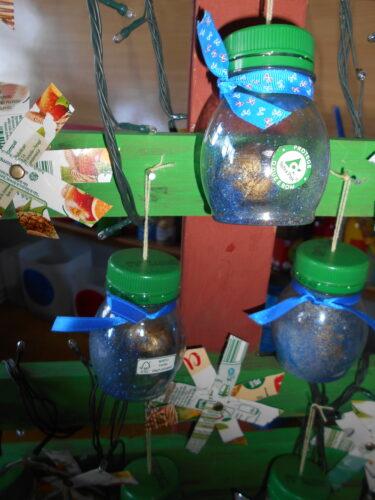 3-Depois de escolhidos alguns objetos, pintou-se bugalhas de carvalho para fazer as bolas de natal.