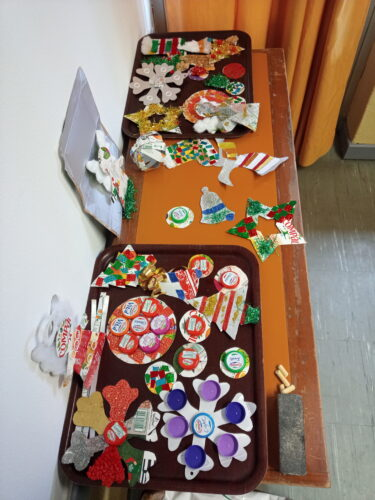Trabalhos finais expostos. Decorados com fitas, purpurinas, algodão, espiguilhas, tampas, argolas ...