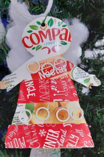 Anjo de natal com papel de presente, argolas, algodão