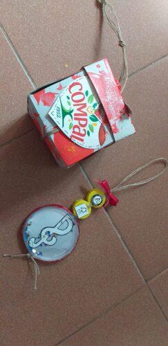 clave de sol: embalagens da compal e de leite, tampa; fio de sisal, purpurinas, cola quente, cola quente, caneta de acetato .<br/>caixa mistério: embalagens da compal e de leite, caixa de cereais, fio de sisal, fita de cetim, purpurinas, cola branca, guache.