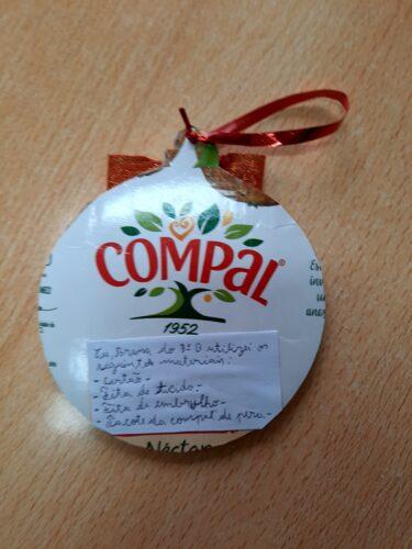 Natal saudável<br/>Pacote de sumo recortado e com a explicação feita pela criança.