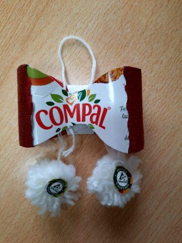 Pompom de fruta<br/>Com pacote de leite, lã e outros materiais reutilizados. Tem frente e verso