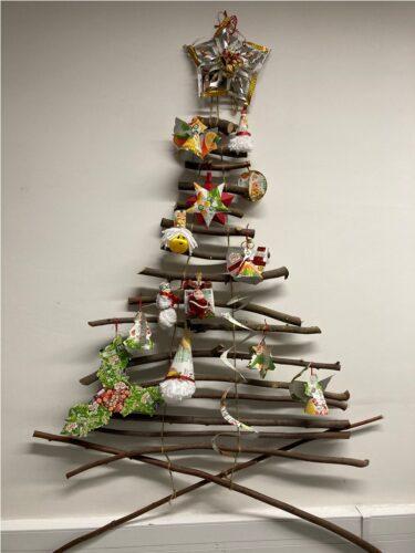 Árvore de Natal com enfeites selecionados para concurso