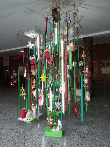 Árvore de Natal suspensa (construída com tubos elétricos pintados e ramos de um arbusto da escola) ornamentada com todos os enfeites dos alunos